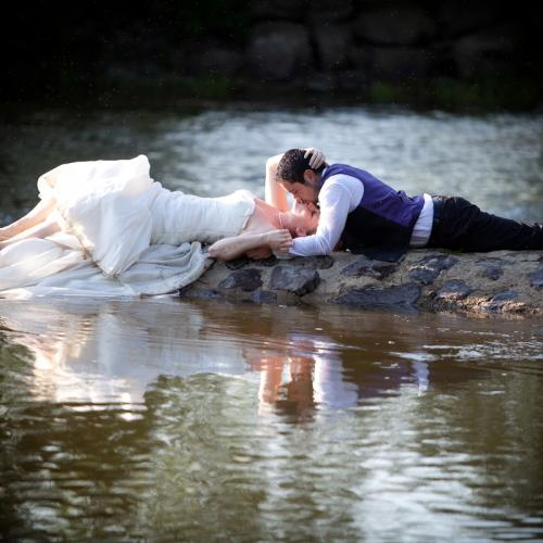 Photo de mariage couple dans l'eau crash the dress dans l'Orne