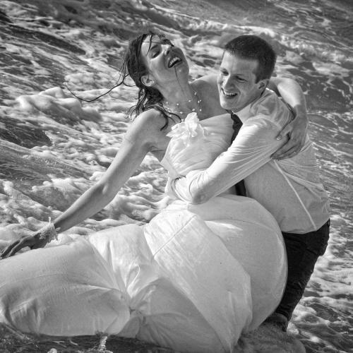 Photo trash the dress de couple à la mer